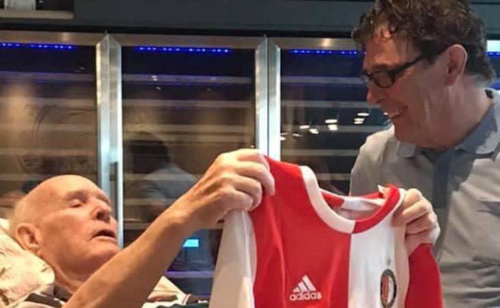 Willem van Hanegem overhandigt Cock van der Weck een Feyenoord-shirt